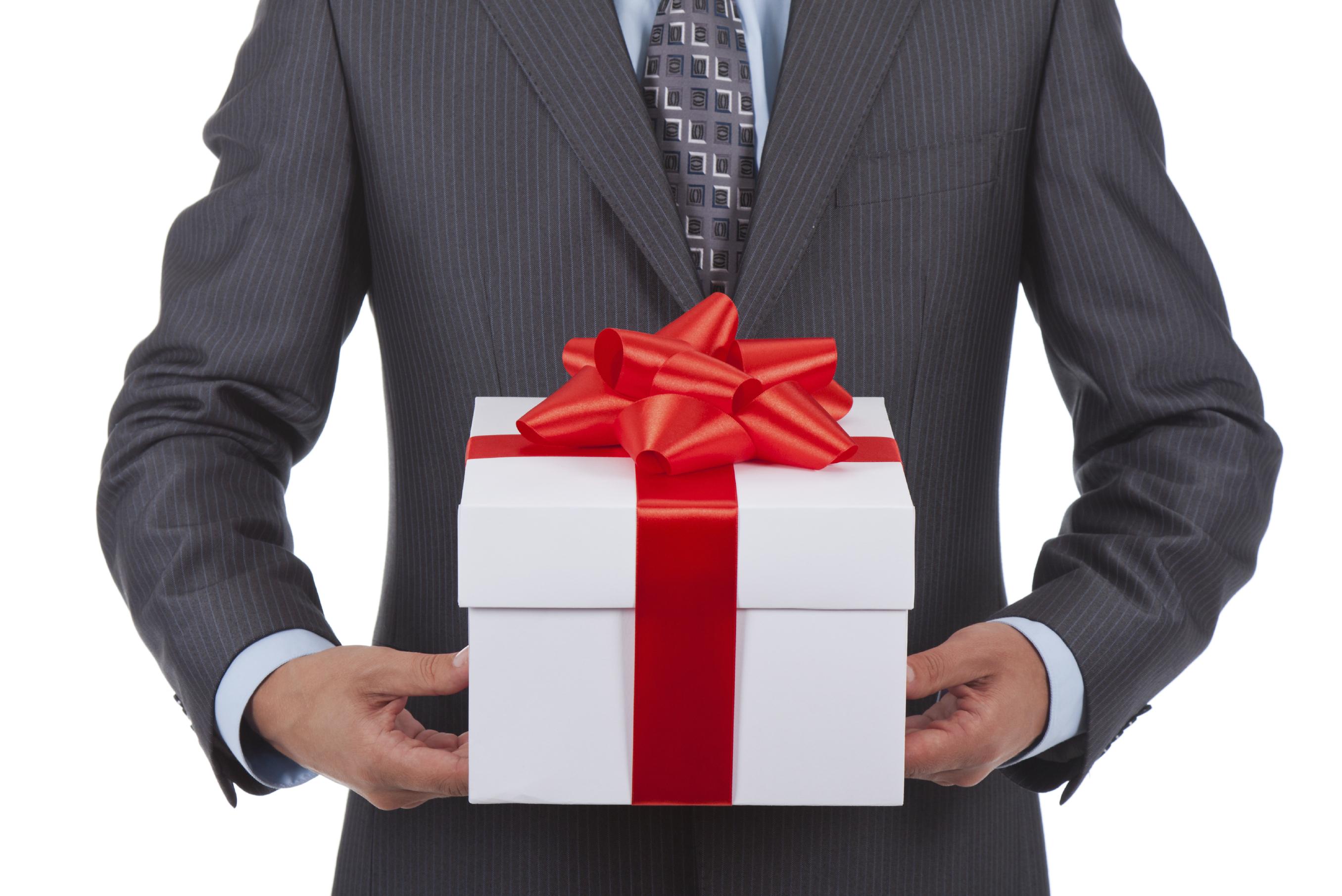 Российским чиновникам хотят вернуть возможность получать дорогие подарки